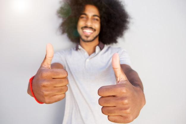 Rir homem afro com dois polegares para cima
