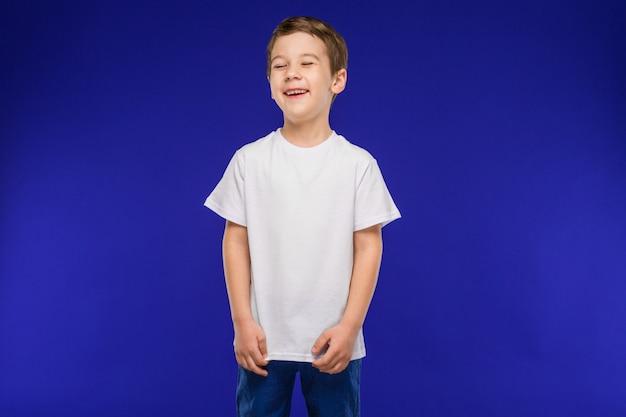 Rir menino em um colete