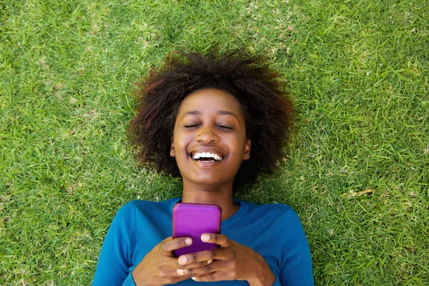Rir, mulher, mentir grama, com, telefone pilha