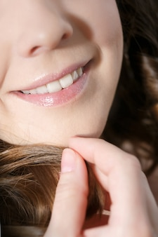Rir mulher sorrir com grandes dentes.