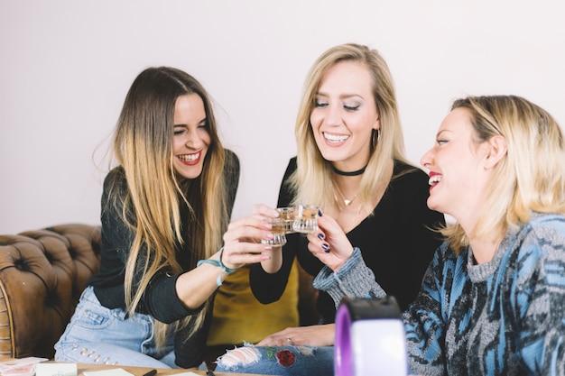 Rir, mulheres, bebendo, álcool