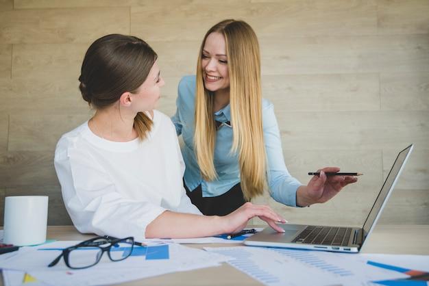 Rir, mulheres negócios, laptop