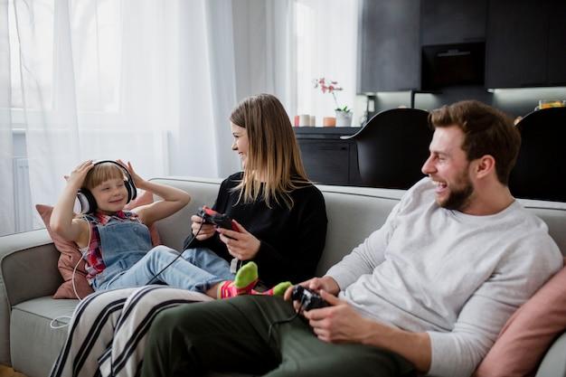Rir pais com controladores olhando para filha