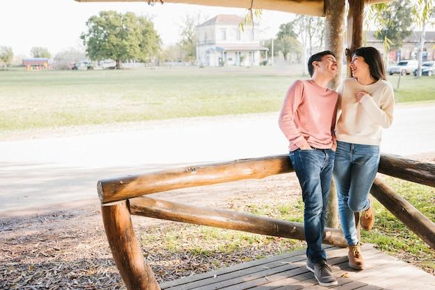 Rir, par, olhando um ao outro, em, campo