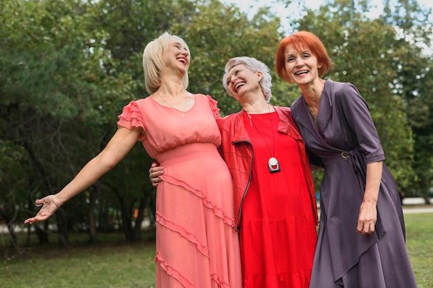 Riso adorável das mulheres maduras