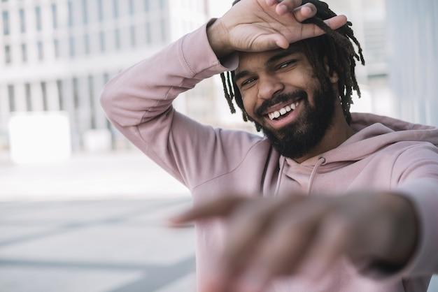 Riso afroamerican bonito do homem