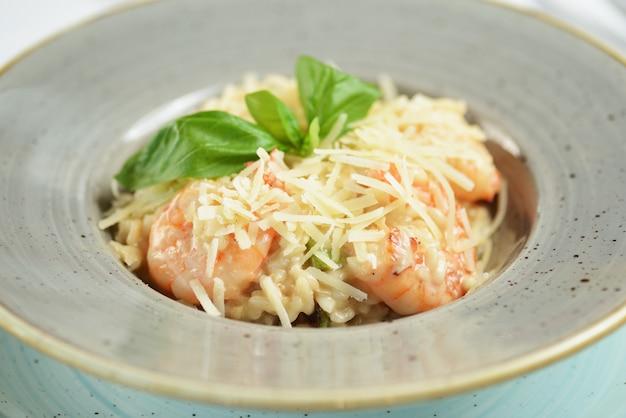 Risoto com camarão, queijo e manjericão