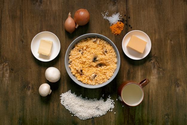 Risoto com cogumelos, ervas frescas e queijo parmesão