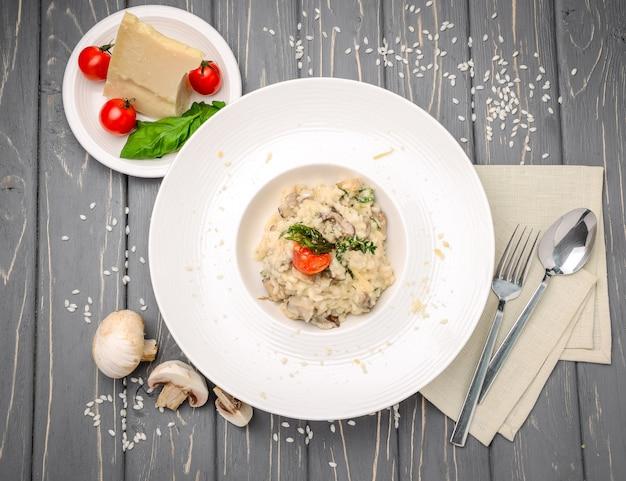 Risoto com cogumelos, salsa e parmesão