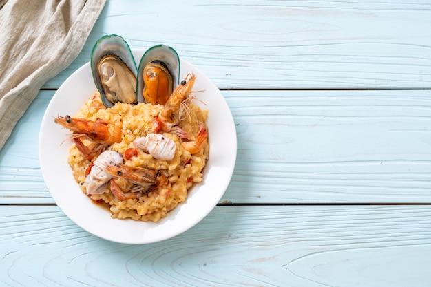 Risoto com frutos do mar (camarão, mexilhão, polvo, amêijoa) e tomate