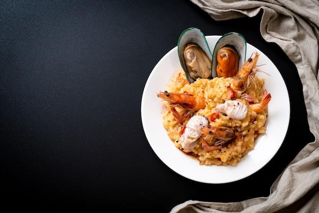 Risoto com frutos do mar (camarões, mexilhões, polvos, moluscos) e tomates