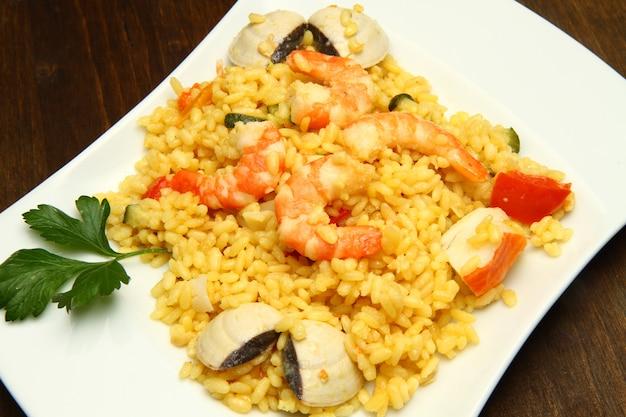 Risoto com frutos do mar e camarões