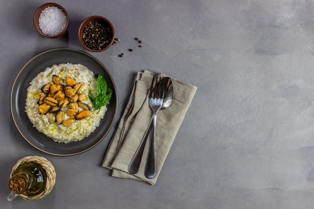 Risoto com mexilhões. cozinha italiana. nutrição apropriada. comida vegetariana.