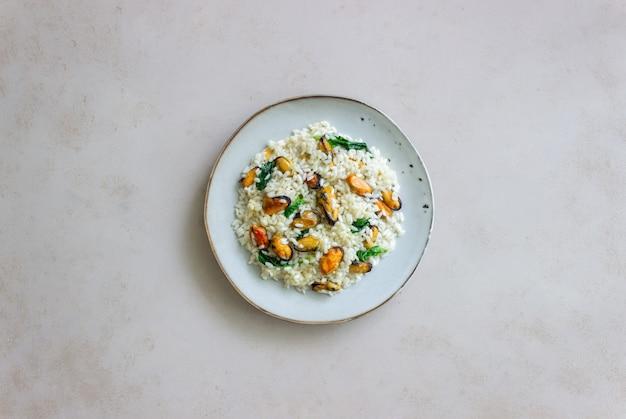 Risoto com mexilhões e espinafre. comida saudável. comida vegetariana.
