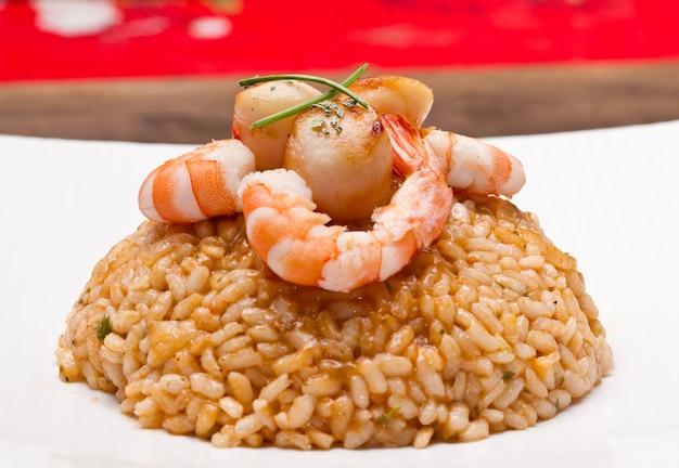 Risoto com molho de frutos do mar com vieiras e camarões