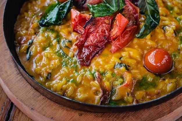 Risoto com tomate seco e manjericão.