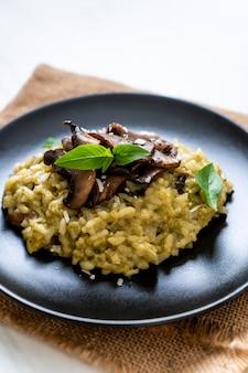 Risoto de cogumelos com pesto e queijo