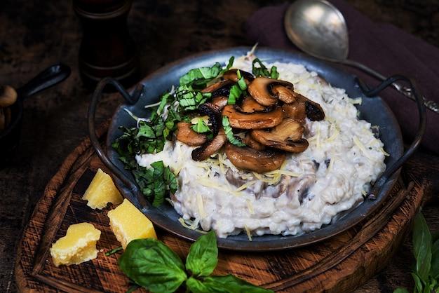 Risoto de prato italiano com cogumelos, parmesão e ervas.