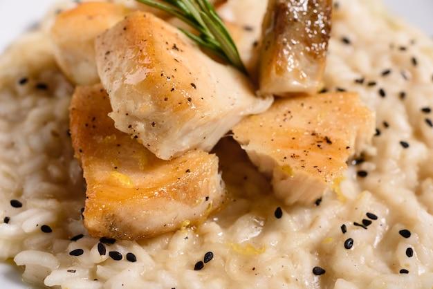 Risoto delicioso com filé de frango