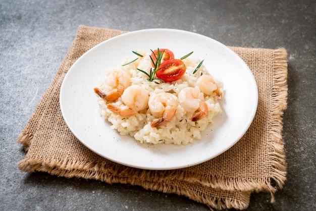 Risoto italiano com camarão em prato branco