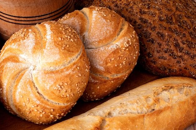 Ð¡risp pão com pães. baguetes francesas. pão estaladiço fresco. fundo de pão. raça diferente em fundo de madeira.
