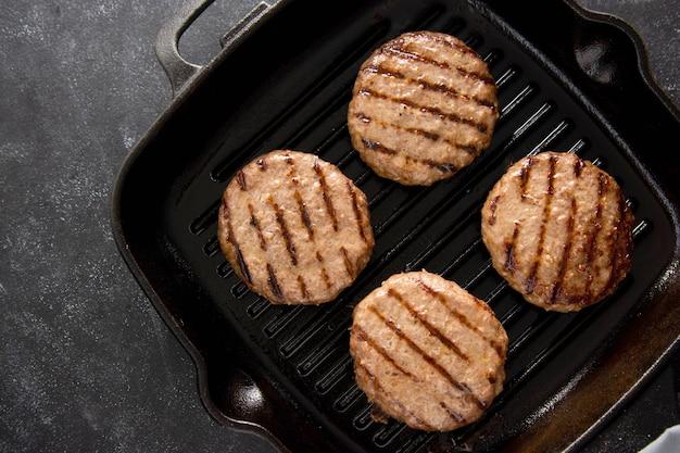 Rissol de carne picada cozida na assadeira. cozinhar hambúrgueres caseiros.