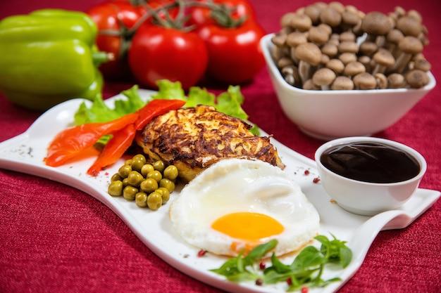 Rissole, ovo, cogumelos, pimenta