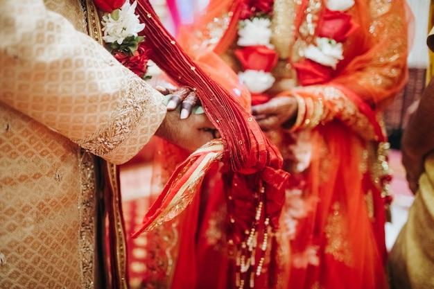 Ritual com folhas de coco durante a tradicional cerimônia de casamento hindu