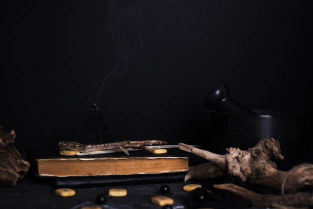 Ritual de magia negra com velas e runas