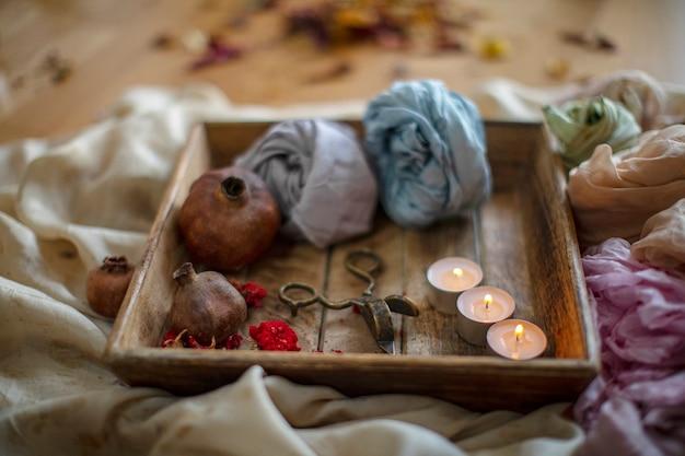 Ritual de relaxamento, velas e flores secas na madeira