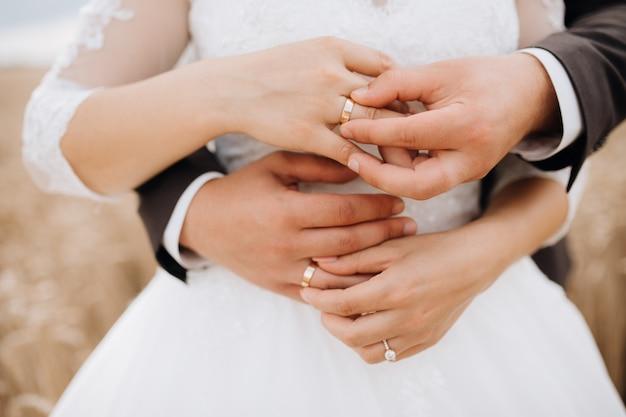 Ritual sagrado de colocar as alianças de casamento pelo noivo e pela noiva