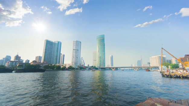 Riverside com cidade e ponte no fundo