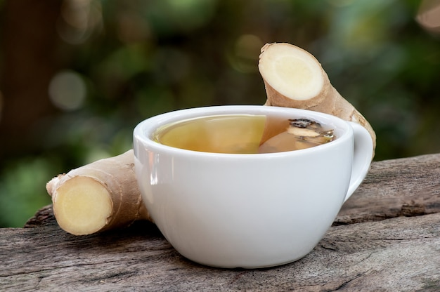 Rizoma de gengibre e chá na natureza.