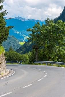 Road turn nas montanhas. tiro grip pequeno