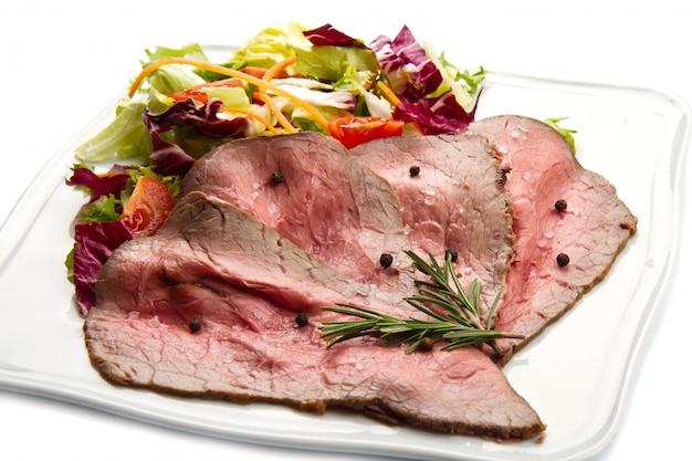 Roastbeef no prato branco com salada