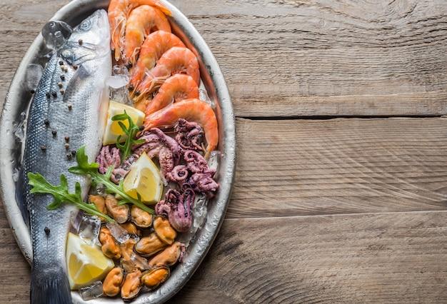 Robalo fresco com frutos do mar na bandeja