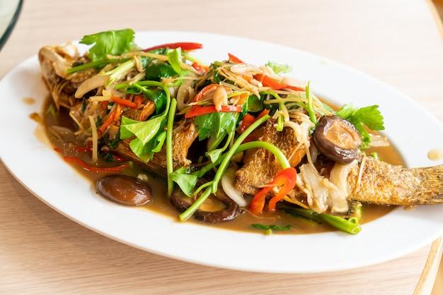 Robalo frito com molho doce e guarnições - comida asiática