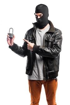 Robber segurando cadeado vintage