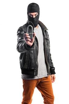 Robber segurando cadeado vintage Foto gratuita