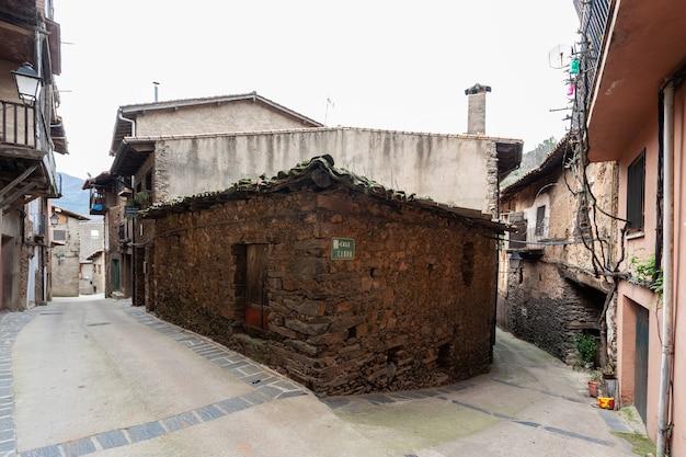 Robledillo de gata espanha 27 de março 202uma casa antiga construída apenas com pedras de ardósia no tradicional