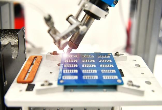 Robô automático moderno e de alta tecnologia para placa de circuito de impressão na fábrica