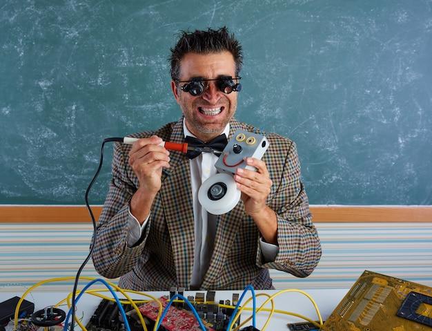 Robô de soldagem bobo de técnico de eletrônica nerd