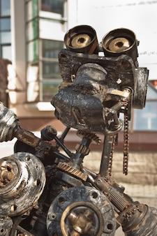 Robô feito de metal enferrujado. feche a cabeça do robô. foco seletivo