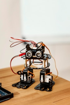 Robô feito em casa na mesa
