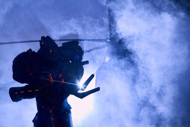 Robô grande assustador indo perto de helicóptero militar na nuvem de fumaça.