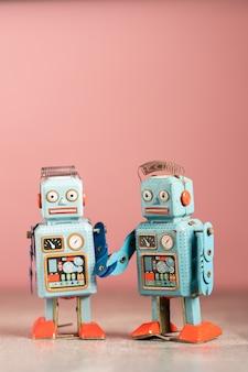 Robô vintage brinquedos na mesa-de-rosa