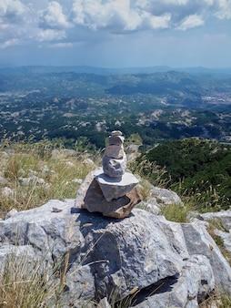 Rocha de equilíbrio na montanha em montenegro