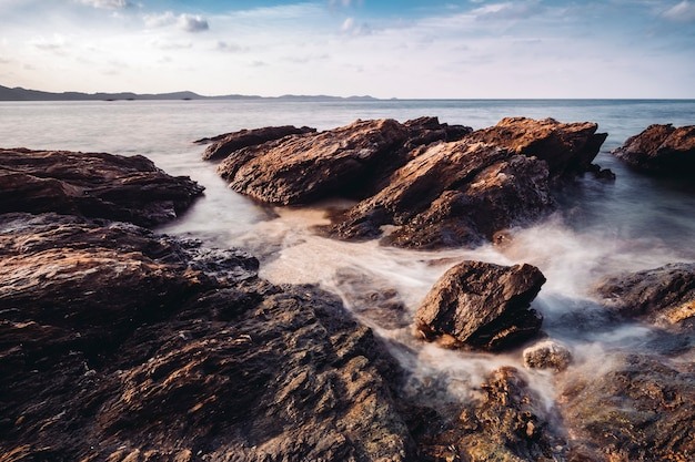 Rocha de longa exposição e costa no mar da tailândia
