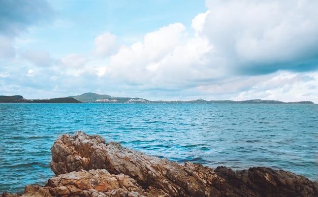 Rocha do mar em samui, tailândia
