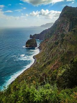 Rocha do navio rock, localizada em santana